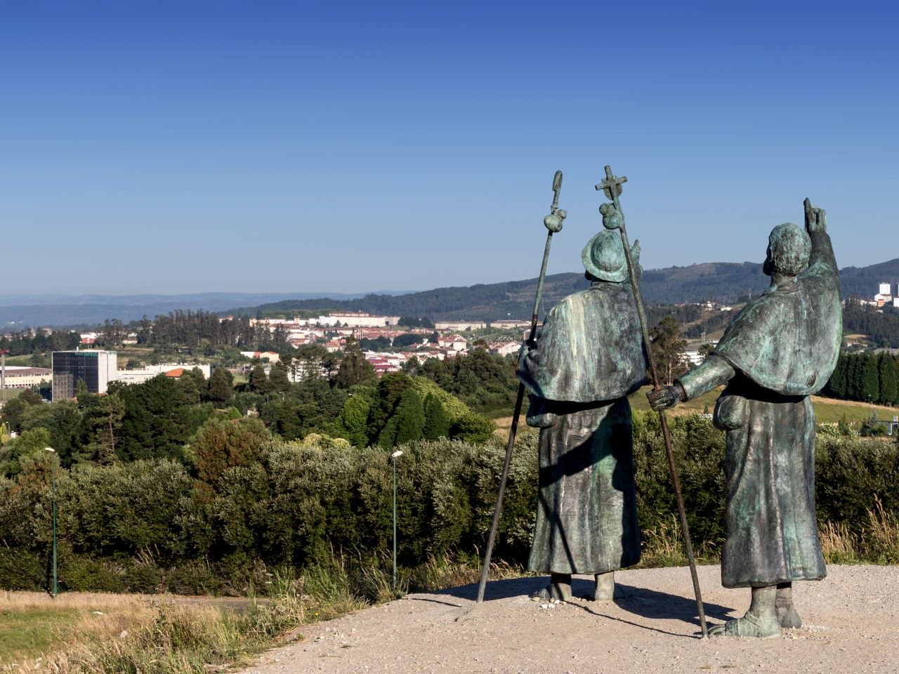 monte-do-gozo-statuen-erstmals-blick-auf-kathedrale-von-santiago-de-compostela-maartenhoek-fotolia-x